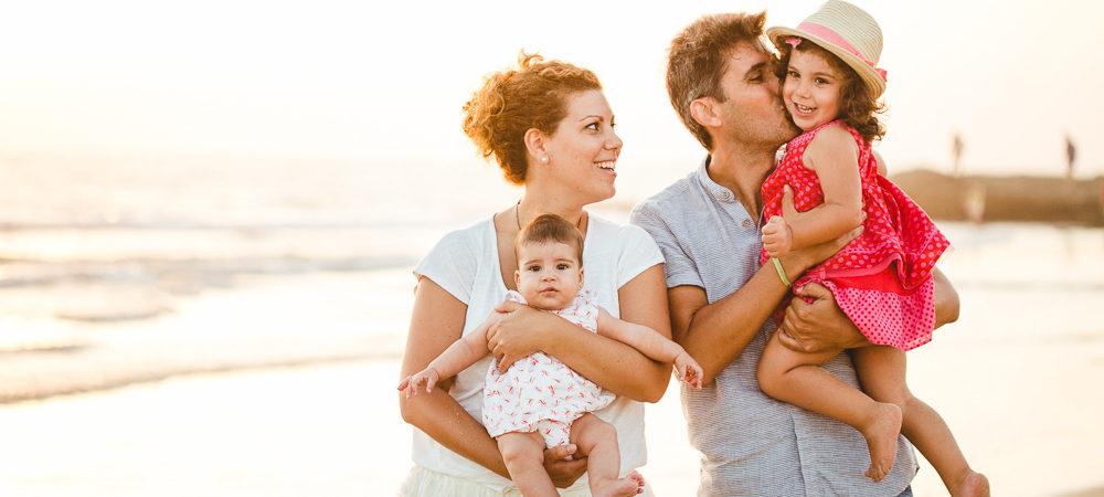 Fotografía de familia en la playa. Inés y Elisa en Vejer de la Frontera. Cádiz.