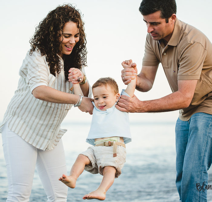 Fotografía de familia en la playa. Málaga.