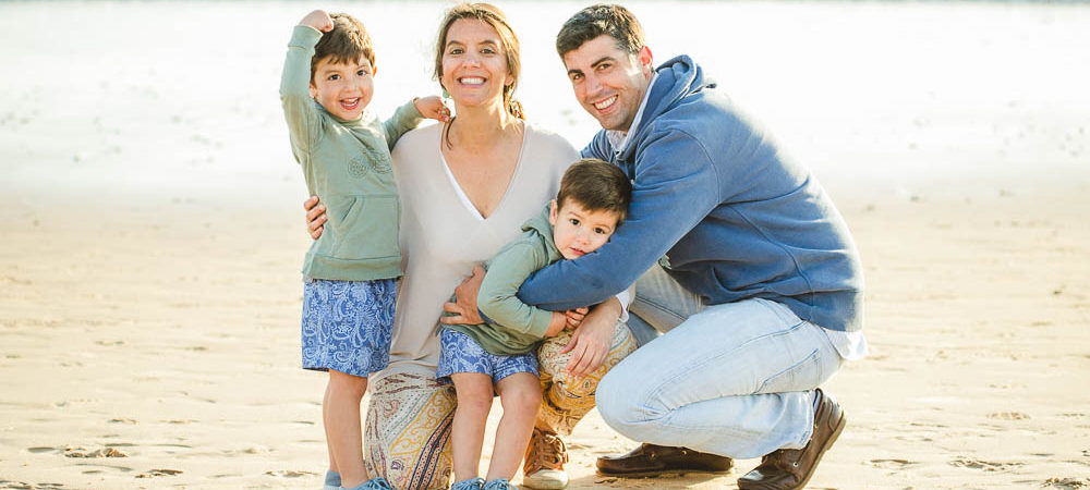 Fotografía de familia en la playa. Niños 2 y 3 años en Costa Ballena.