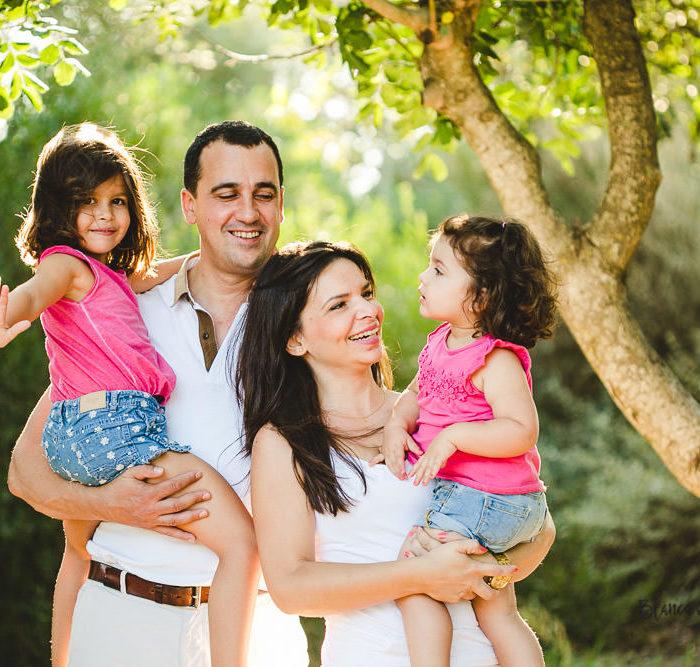 Fotografía de familia en Sevilla. Dos niñas de 2 y 5 años.