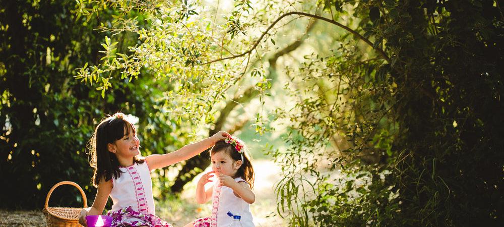Fotografía de familia en Sevilla. Dos niñas en el parque.