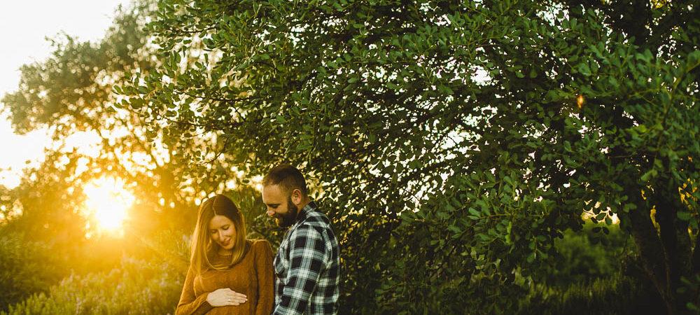 Fotografía de embarazo en Sevilla. Sandra y Fran en el parque de Porzuna.