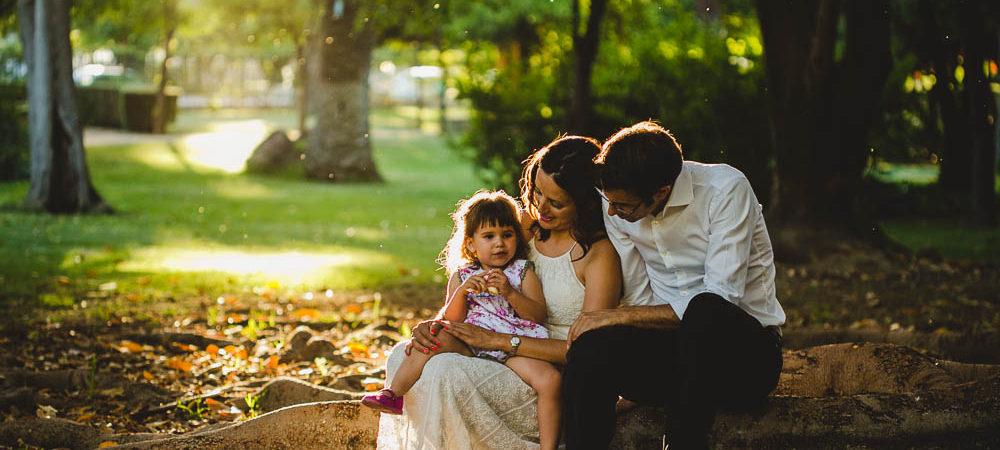 Fotografía de familia en el parque de Maria Luisa. Sevilla.