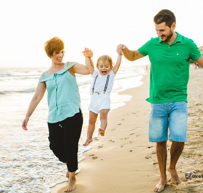 Fotografía de familia en la Playa. Mazagón (Huelva).