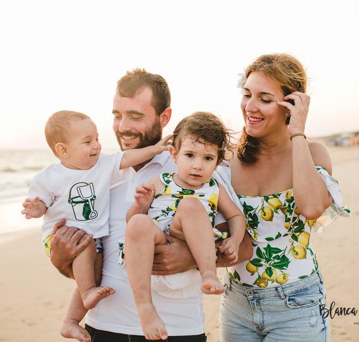 Fotografía de familia en la playa. Huelva.