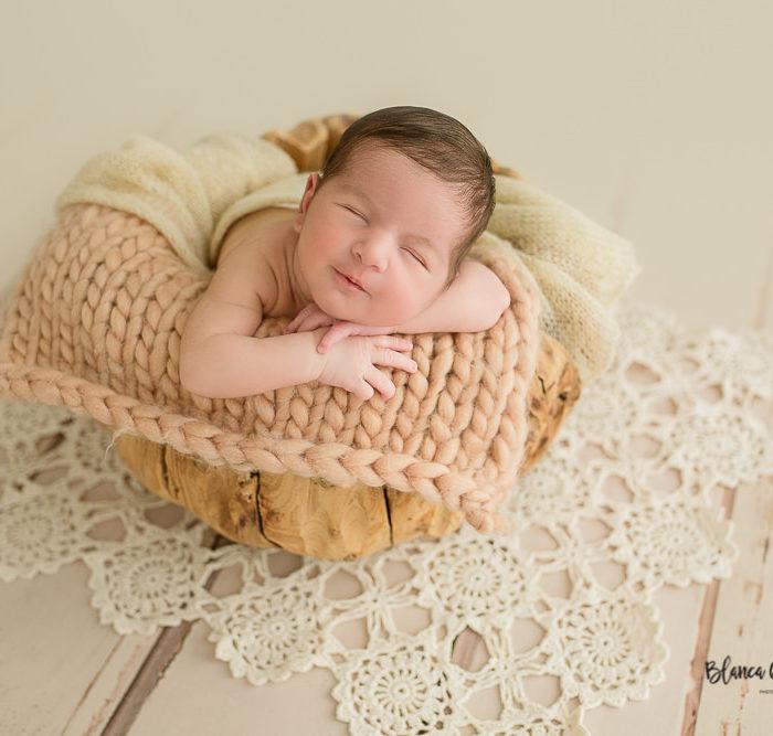 Fotografía de recién nacido en Sevilla. Newborn bebé de 8 días.